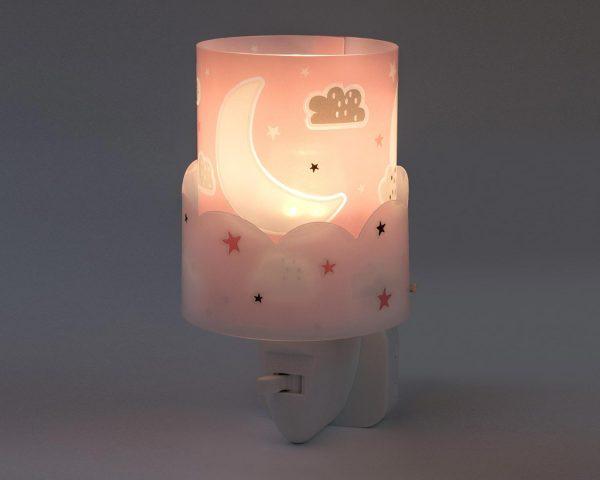 καθώς και την ελάχιστη κατανάλωση ρεύματος. Κρύο στην επαφή διατίθεται με ενσωματωμένο διακόπτη ώστε να μην χρειάζεται να βγει από την πρίζα όταν δεν ανάβει. Το Moon Pink φωτιστικό νύκτας πρίζας LED συμπληρώνει τα υπόλοιπα φωτιστικά της συλλογής.