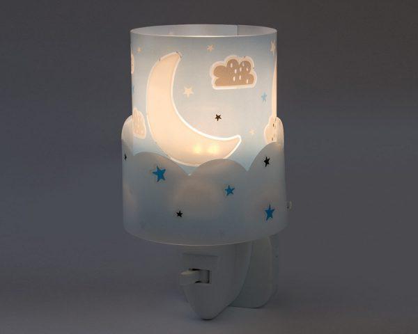 καθώς και την ελάχιστη κατανάλωση ρεύματος. Κρύο στην επαφή διατίθεται με ενσωματωμένο διακόπτη ώστε να μην χρειάζεται να βγει από την πρίζα όταν δεν ανάβει. Το Moon Blue φωτιστικό νύκτας πρίζας LED συμπληρώνει τα υπόλοιπα φωτιστικά της συλλογής.