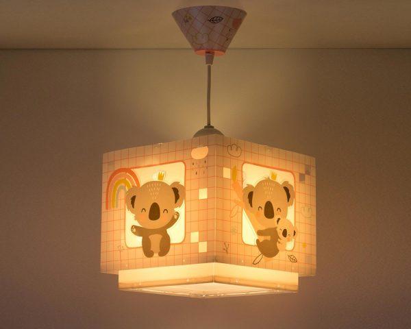 να παίξουν και να κοιμηθούν παρέα με τον αγαπημένο τους ήρωα. Το Koala Pink κρεμαστό φωτιστικό οροφής φωσφορίζον συμπληρώνει τα υπόλοιπα παιδικά φωτιστικά της συλλογής και είναι εξαιρετικά εύκολο στην εγκατάστασή του.