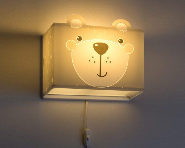 κατάλληλο για παιδιά και ιδανικά σχεδιασμένο για γενικό ή συμπληρωματικό φωτισμό. Φωτίζει και προσθέτει διασκεδαστικό χαρακτήρα και χαρούμενο άγγιγμα σε κάθε παιδικό δωμάτιο. Παρέχει ομοιόμορφο άπλετο φως δημιουργώντας περιβάλλον που ενθαρρύνει τα παιδιά να επιδοθούν σε ότι τους αρέσει περισσότερο στην διασκέδαση και την δημιουργικότητα! Το Little Teddy φωτιστικό απλίκα συμπληρώνει τα υπόλοιπα παιδικά φωτιστικά της συλλογής και είναι κατασκευασμένο εξ ολοκλήρου στην Ευρώπη.