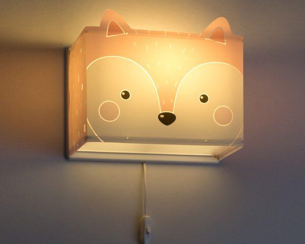 κατάλληλο για παιδιά και ιδανικά σχεδιασμένο για γενικό ή συμπληρωματικό φωτισμό. Φωτίζει και προσθέτει διασκεδαστικό χαρακτήρα και χαρούμενο άγγιγμα σε κάθε παιδικό δωμάτιο. Παρέχει ομοιόμορφο άπλετο φως δημιουργώντας περιβάλλον που ενθαρρύνει τα παιδιά να επιδοθούν σε ότι τους αρέσει περισσότερο στην διασκέδαση και την δημιουργικότητα! Το Little Fox φωτιστικό απλίκα συμπληρώνει τα υπόλοιπα παιδικά φωτιστικά της συλλογής και είναι κατασκευασμένο εξ ολοκλήρου στην Ευρώπη.