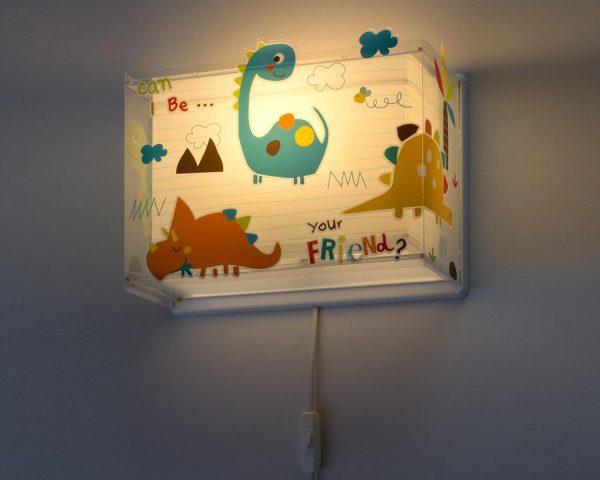 κατάλληλο για παιδιά και ιδανικά σχεδιασμένο για γενικό ή συμπληρωματικό φωτισμό. Φωτίζει και προσθέτει διασκεδαστικό χαρακτήρα και χαρούμενο άγγιγμα σε κάθε παιδικό δωμάτιο. Παρέχει ομοιόμορφο άπλετο φως δημιουργώντας περιβάλλον που ενθαρρύνει τα παιδιά να επιδοθούν σε ότι τους αρέσει περισσότερο στην διασκέδαση και την δημιουργικότητα! Το Dinos φωτιστικό απλίκα συμπληρώνει τα υπόλοιπα παιδικά φωτιστικά της συλλογής και είναι κατασκευασμένο εξ ολοκλήρου στην Ευρώπη.