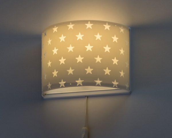 κατάλληλο για παιδιά και ιδανικά σχεδιασμένο για γενικό ή συμπληρωματικό φωτισμό. Φωτίζει και προσθέτει διασκεδαστικό χαρακτήρα και χαρούμενο άγγιγμα σε κάθε παιδικό δωμάτιο. Παρέχει ομοιόμορφο άπλετο φως δημιουργώντας περιβάλλον που ενθαρρύνει τα παιδιά να επιδοθούν σε ότι τους αρέσει περισσότερο στην διασκέδαση και την δημιουργικότητα! Το Stars Gray φωτιστικό απλίκα συμπληρώνει τα υπόλοιπα παιδικά φωτιστικά της συλλογής και είναι κατασκευασμένο εξ ολοκλήρου στην Ευρώπη.