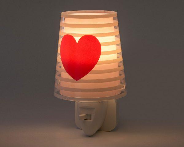 καθώς και την ελάχιστη κατανάλωση ρεύματος. Κρύο στην επαφή διατίθεται με ενσωματωμένο διακόπτη ώστε να μην χρειάζεται να βγει από την πρίζα όταν δεν ανάβει. Το Light Feeling Pink φωτιστικό νύκτας πρίζας LED συμπληρώνει τα υπόλοιπα φωτιστικά της συλλογής.