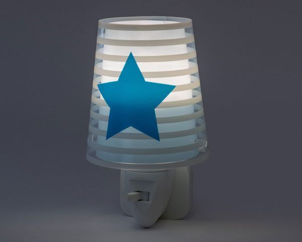 καθώς και την ελάχιστη κατανάλωση ρεύματος. Κρύο στην επαφή διατίθεται με ενσωματωμένο διακόπτη ώστε να μην χρειάζεται να βγει από την πρίζα όταν δεν ανάβει. Το Light Feeling Blue φωτιστικό νύκτας πρίζας LED συμπληρώνει τα υπόλοιπα φωτιστικά της συλλογής.
